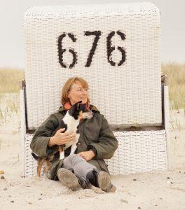 Tierheilpraktikerin und Autorin Annette Dragun mit Bodo auf Sylt